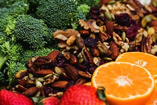 Упражнения в бассейне с гантелями - изображение