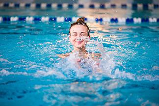 Как правильно плавать в бассейне - изображение